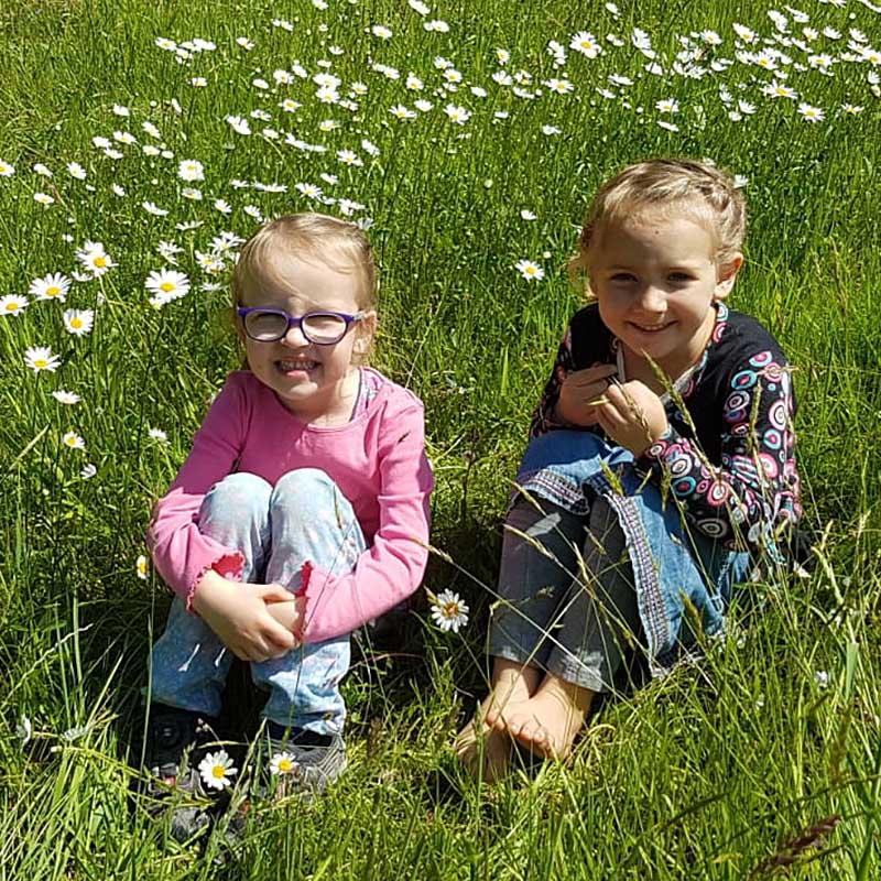 Kinder auf einer naturnahen Mai-Wiese