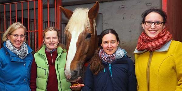 v. re.: Barbara Liebig (Heilpädagogin), Nicole Schumann (Kita-Leitung), Anika Schlüter ( Hofeigentümerin), Anne-Marie Muhs (Kita Natura eG)