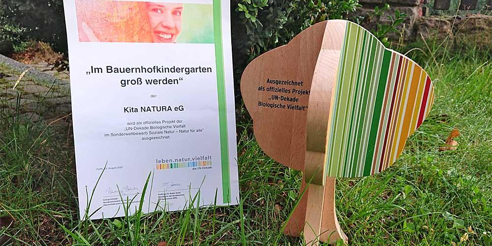 Urkunde & Baum der UN-Dekade biol. Vielfalt